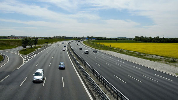 В Украине хотят построить две платные дороги. Фото: te.20minut.ua