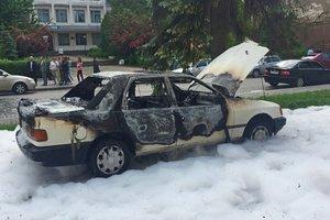 В Тернополе средь бела дня пылала иномарка