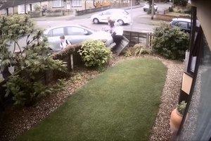 Дети чудом выжили после того, как автомобиль снес их вместе с забором