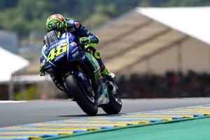 Знаменитый гонщик Валентино Росси доставлен в больницу после падения с мотоцикла