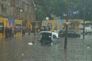 Ливень в Киеве: затопленная Лукьяновка и мокрые выпускники