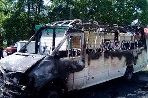 В Харькове сгорел припаркованный микроавтобус