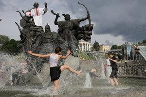 Последний звонок в киевских школах: радостные лица, вышиванки и дождь