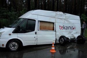 В Киеве бус врезался в деревья на мокрой дороге, из автомобиля вырвало колеса