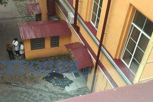 В Киеве из окна университета выбросился человек