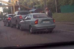 Эффект домино: в Киеве столкнулись сразу три авто