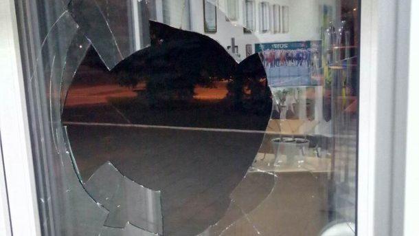 ВКаматорске вофисе канала «ДоТБ» неизвестные разбили дверные стекла