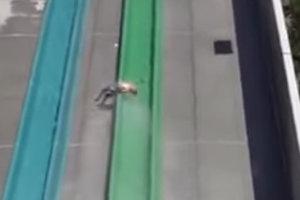 Ребенок вылетел с горки в аквапарке