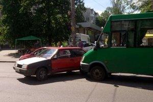 В Киеве маршрутка протаранила легковушку