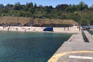 В Одессе автохам заехал на пляж и застрял в песке