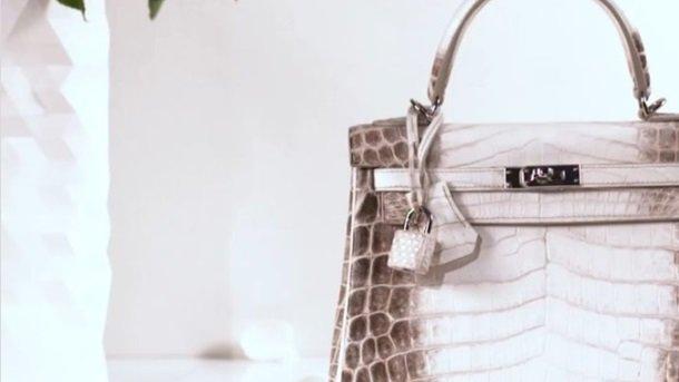 ee8b3ea5bbd4 В Гонконге на торгах сумка французского дома моды Hermes установила мировой  рекорд, уйдя с молотка за  380 тысяч долларов (2,94 млн гонконгских  долларов) ...