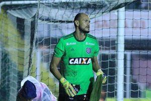 Бразильский голкипер пропустил гол с центра поля и сбежал со стадиона в перерыве матча