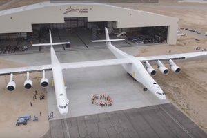 В США показали самый большой в мире самолет