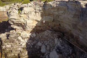 Захватывающие дух кадры: камера беспилотника зафиксировала падение канатоходца