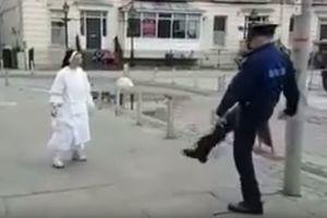 Полицейский и монахиня сыграли в футбол посреди улицы