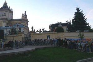 Во Львове сотни людей ждут очереди, чтобы проститься с Любомиром Гузаром