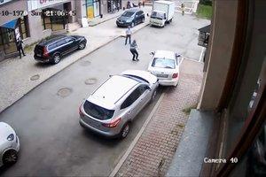 Женщина устроила погром на парковке