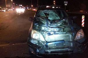 В Киеве нетрезвый пешеход бросился под колеса авто (18+)