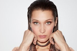 20-летняя модель Белла Хадид показала длинные ноги в рекламе сумочек