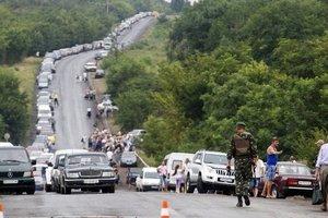 На линии разграничения на Донбассе собрались большие очереди