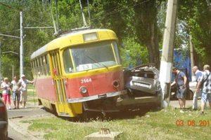 В Одессе трамвай расплющил иномарку