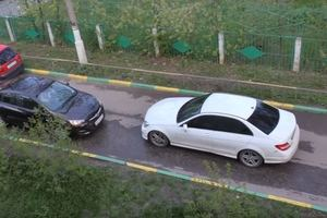 Десятиминутное противостояние: две женщины на авто не разминулись на узкой дороге