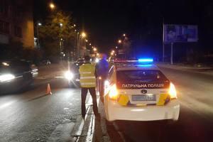 В Киеве пьяный бомж бросился под колеса авто