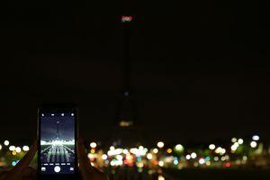 Эйфелеву башню погасили в знак памяти о погибших во время терактов в Лондоне