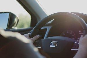 Видеохит: мужчина запрыгнул в машину и спас водителя от трагедии