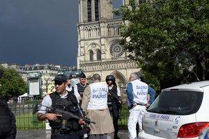 Заблокированные в соборе Нотр-Дам люди покинули здание