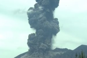 В сети появилось захватывающее видео извержения вулкана Сакурадзима в Японии