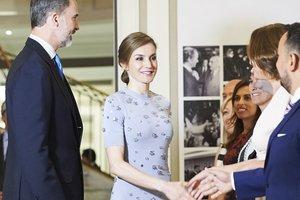 Королева Испании похвасталась стройными ногами в стильном наряде