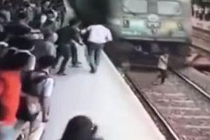Видеошок: девушка в наушниках попала под поезд и чудом выжила (18+)