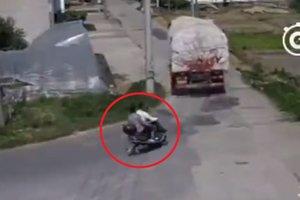 Фура задавила двоих мотоциклистов, дав задний ход