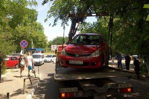 В Одессе из прибрежной зоны эвакуируют неправильно припаркованные авто
