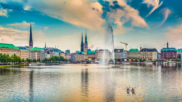 Кругом вода. Реки, каналы, озера и мосты составляют немалую часть городского ландшафта Гамбурга, на протяжении веков служившего важнейшим торговым портом на Северном море