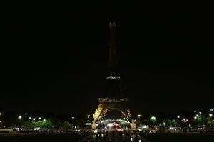 Эйфелева башня погасила огни в знак памяти о жертвах терактов в Тегеране