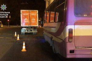 В Одессе автобус врезался в грузовик, есть пострадавшие