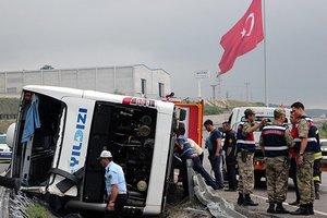 В Турции перевернулся автобус с военными, 47 человек пострадали