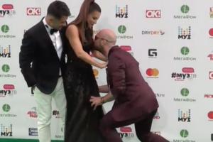 Страстный фанат поцеловал Ани Лорак в ягодицы на ковровой дорожке (видео)