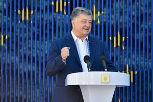Порошенко считает символичным запуск безвиза с ЕС накануне Дня России