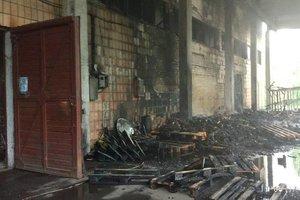 В Киеве на ВДНХ тушат масштабный пожар