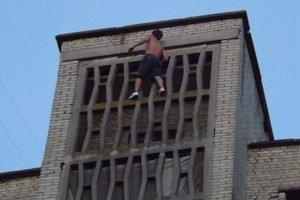 В Луцке парень без страховки взобрался по стене на крышу многоэтaжки
