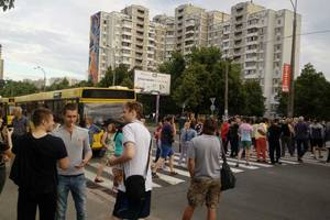 Киевляне перекрыли Харьковское шоссе с требованием вернуть свет и воду