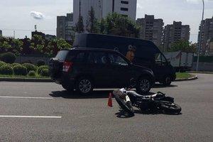 В Киеве микроавтобус сбил мотоциклиста