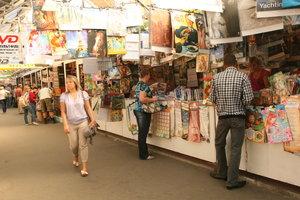 В Киеве временно закрыли часть известного книжного рынка на Петровке