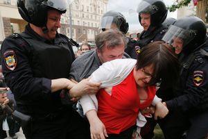 Протесты и массовые задержания: беспорядки в России всколыхнули сеть