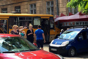 В центре Одессы маршрутка разбила фасад музея