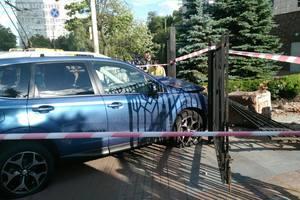 """В Киеве """"Субару"""" на скорости вылетел на тротуар, пострадало три человека"""