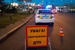 """В Киеве автоледи протаранила полицейское авто и """"улетела"""" на газон"""
